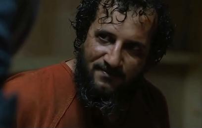 """יואב לוי כאבו-פראג' בסצנת החקירה ב""""כוננות עם שחר"""" (צילום: מתוך הסרט)"""