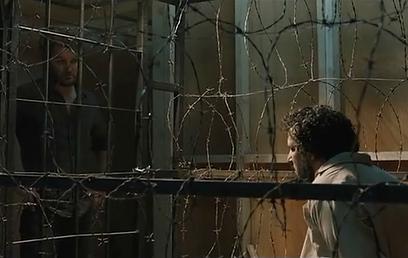 יואב לוי וג'ייסון קלארק משני צדי הסורגים (צילום: מתוך הסרט)