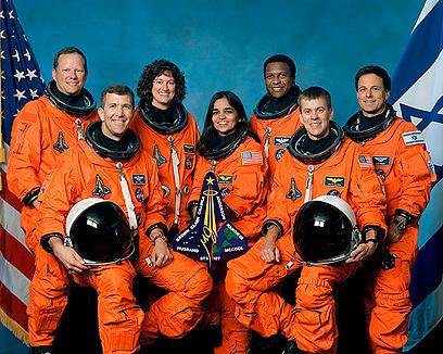 """צוות ה""""קולומביה"""". עומד מימין: אילן רמון (צילום: AFP PHOTO / NASA)"""