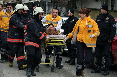 פינוי הפצועים (צילום: AP)