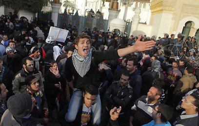 מפגינים מול ארמון הנשיאות, לפנות ערב (צילום: AP)