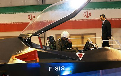 אחמדינג'אד ליד המטוס (צילום: AFP)