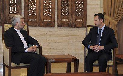 """""""סוריה מסוגלת בכוח צבאה להתמודד עם כל האתגרים"""". אסד וג'לילי האיראני (צילום: רויטרס)"""