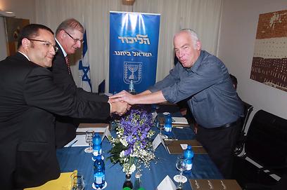 נפגשים עם נציגי הבית היהודי. ואיפה הנשים?  (צילום: מוטי קמחי)