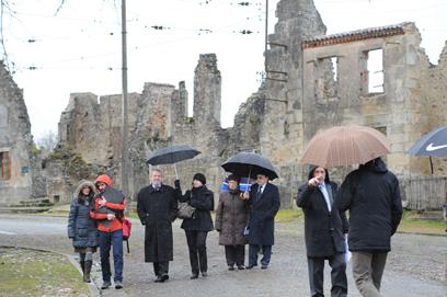 חוקרים גרמנים מסיירים ברחובות הכפר (צילום: AFP)
