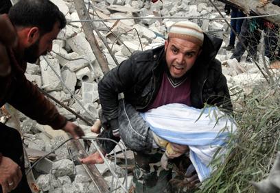 ילדה שנהרגה בהפצצה בחלב (צילום: AP)