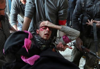 מורד שנפגע מאש צלפים בדמשק (צילום: רויטרס)