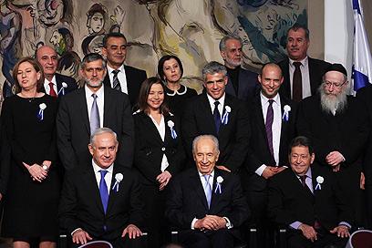 הרגע המכונן. 12 ראשי הסיעות בצילום משותף עם הנשיא (צילום: גיל יוחנן)