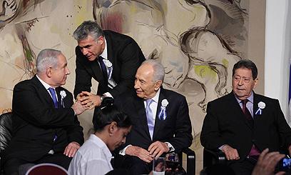 לפיד לצד נתניהו, פרס ובנימין בן אליעזר במושב הפתיחה של הכנסת (צילום: גיל יוחנן)