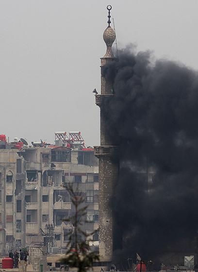 אש בשכונת ג'ובר (צילום: רויטרס)
