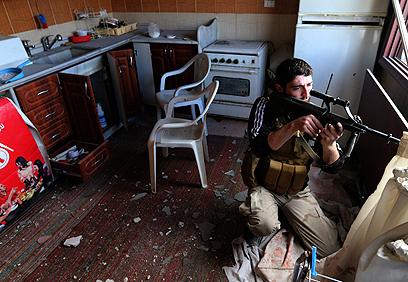 מורד באחת השכונות של דמשק (צילום: רויטרס)