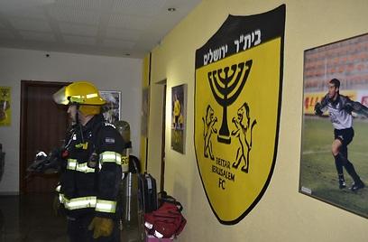 הכבאים בתוך משרדי המועדון בבית וגן (אסף אברס)