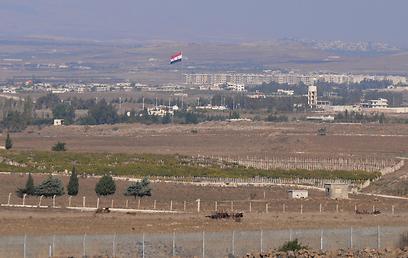 הדגל הסורי ליד חאן ארנבה, החודש (צילום: אביהו שפירא)