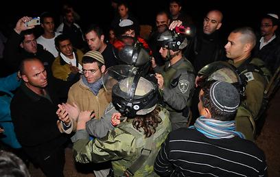 מפגינים וחיילים, הערב באזור קרני שומרון (צילום: גור דותן)