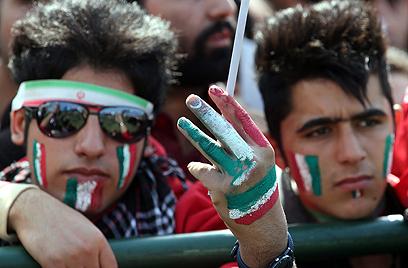 צעירים בעצרת בטהרן לרגל 34 שנים למהפכה האיסלאמית (צילום: AP)