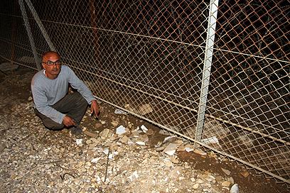 ניר דמארי ליד הגדר (צילום: רועי עידן)