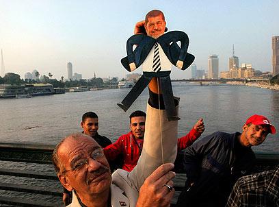 יגיע לחלל? הפגנה נגד מורסי בקהיר (צילום: AP)