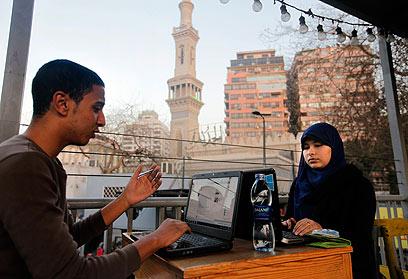 """מצרים גולשים באינטרנט בקהיר. הרשויות חסמו את """"יוטיוב"""" למשך חודש (צילום: AP)"""