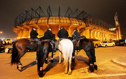 שוטרים בסמוך לטדי. העניין הגדול היה מחוץ לדשא (צילום: יובל חן)