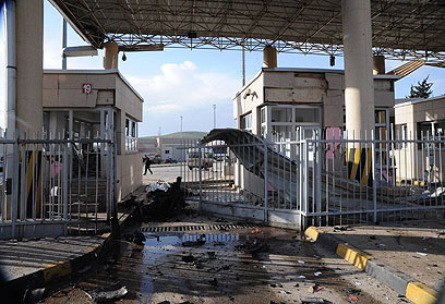 נזק כבד במקום הפיצוץ בגבול טורקיה-סוריה (צילום: רויטרס)
