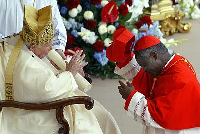 טורקסון והאפיפיור יוחנן פאולוס. יודע גם עברית (צילום: AFP)