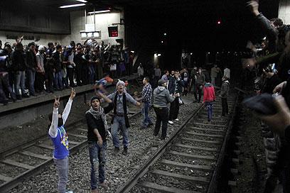 מפגינים על פסי הרכבת בתחריר (צילום: AFP)