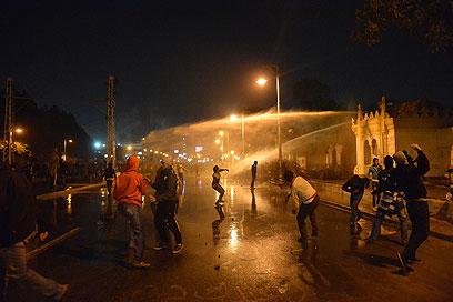 זרנוקי מים ליד ארמון הנשיאות בקהיר (צילום: AFP)