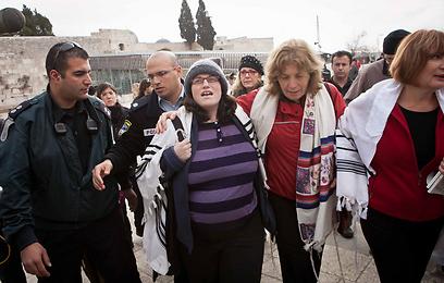 """""""החל מראש החודש הקרוב תמלא משטרת ישראל את חובתה לאכיפת החוק"""". מעצר נשות הכותל (צילום: מיכל פתאל)"""
