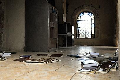 החשודים פיזרו את הספרים  (צילום: אביהו שפירא)