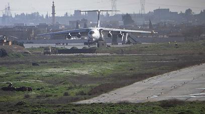 מטוס תובלה בנמל התעופה בחלב (צילום: רויטרס)