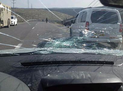 הרכב שנפגע מאבנים (צילום: יוסי שמולי)