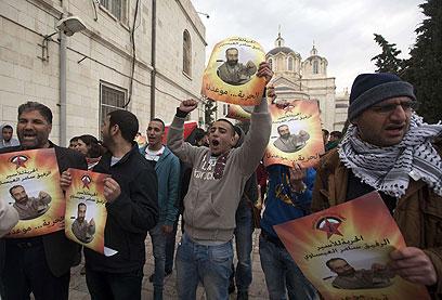 מפגינים מול בית המשפט (צילום: AFP)