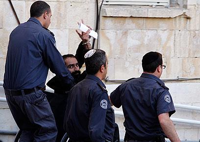 עיסאווי מובא להארכת מעצרו בבית המשפט בירושלים (צילום: רויטרס)