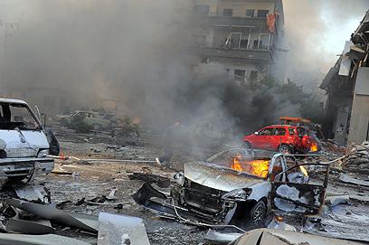 עדי ראייה: מכונית התפוצצה במחסום ליד השגרירות (צילום: AFP)