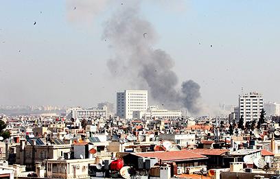 העשן נראה ברוב חלקי דמשק (צילום: EPA)