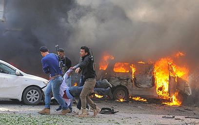 פצוע מפונה מזירת הפיגוע (צילום: AFP)