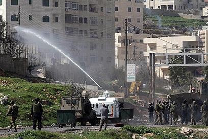 הפגנה סוערת במחאה על מעצר הפלסטינים, היום (צילום: גיל יוחנן)