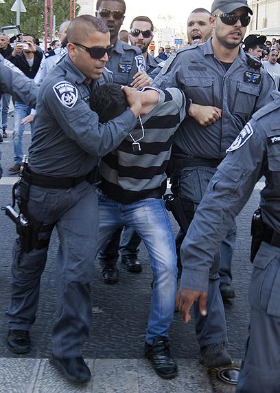 """הפגנה סוערת מחוץ לביהמ""""ש בזמן הדיון בעניינו של עיסאווי (צילום: AFP)"""