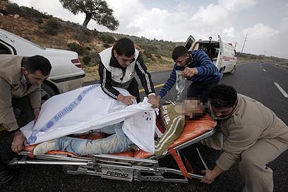 מפנים פצועים פלסטינים ליד קוסרא  (צילום: AFP)