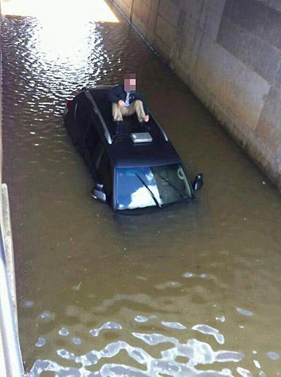 """נזקים עצומים לרכב ששקע (צילום: באדיבות """"ידיעות אחרונות"""")"""