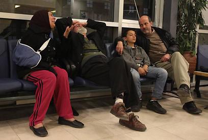 משפחתו של הנער הפצוע עודאי סירחאן בבית החולים הדסה עין כרם            (צילום: גיל יוחנן)