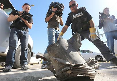 """הרקטה שפגעה בכביש מדרום לאשקלון (צילום: גדי קבלו """"ידיעות אחרונות"""")"""