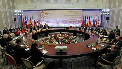 המעצמות ואיראן סביב שולחן הדיונים אתמול (צילום: AP)