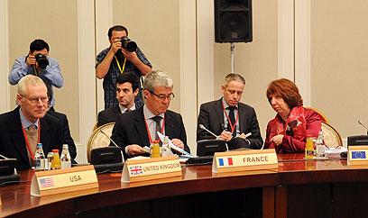 הציעו הקלה בסנקציות. אשטון ונציגי המעצמות (צילום: AFP)