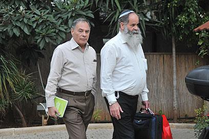 """צוותי המו""""מ של הבית היהודי והליכוד בפתח הישיבה (צילום: ירון ברנר)"""
