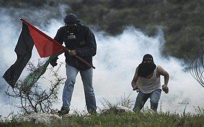 פלסטינים בבילעין, היום (EPA)