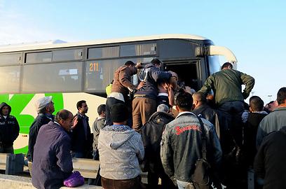 עומס בעלייה לאוטובוס. הבוקר במעבר אייל (צילום: גור דותן)