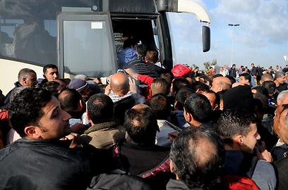 התור לאוטובוסים ביום הראשון להפעלתם (צילום: גור דותן)