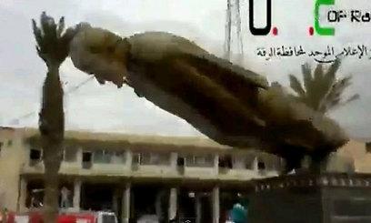 פסלו של חאפז אל-אסד מתמוטט
