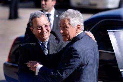 ומתחבק עם מקבילו אהוד ברק (צילום: EPA)
